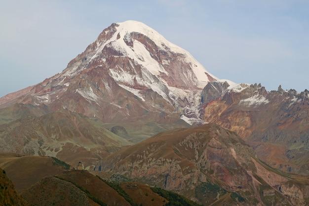 Góra kazbek z gergeti trinity church na pierwszym planie, jak widać z stepantsminda town, georgia country