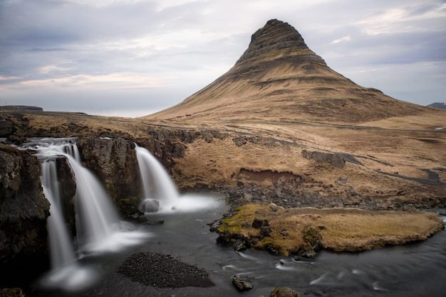 Góra kirkjufell i jej wodospady