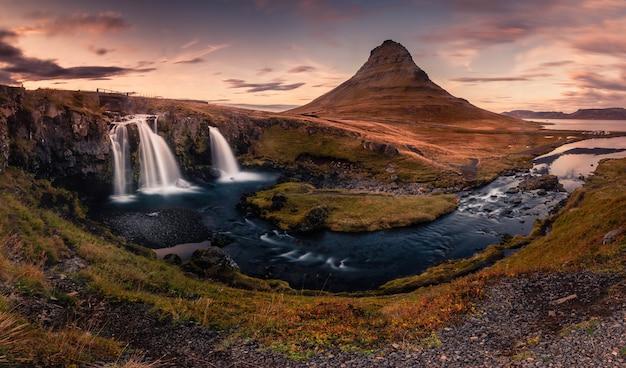 Góra kirkjufell obok grundarfjörður w zachodniej islandii.