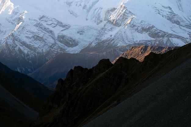 Góra krajobraz w nepal w ranku