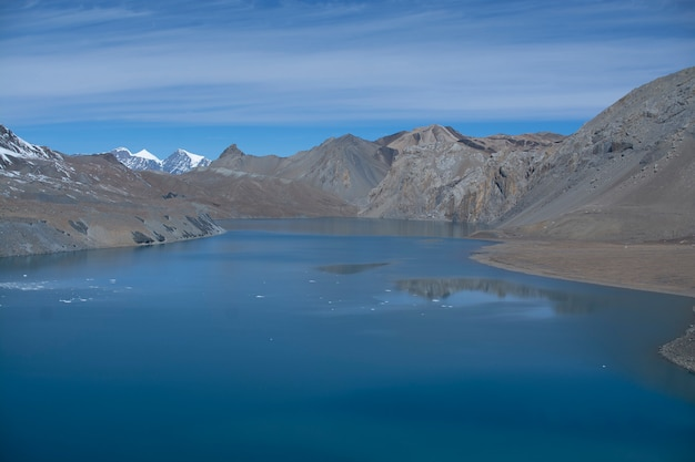 Góra krajobraz z jeziorem w nepal w ranku