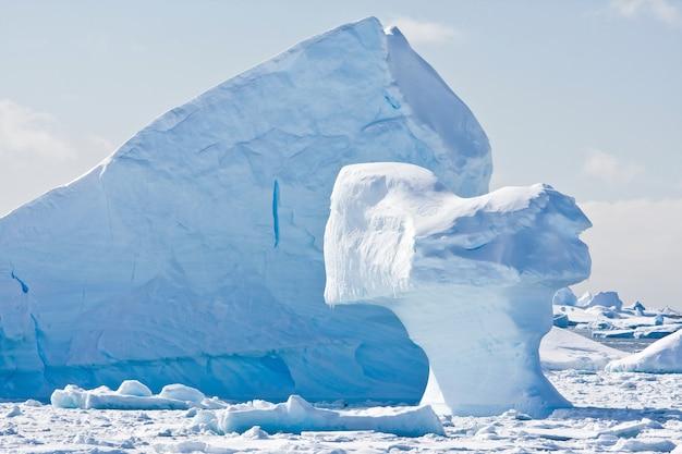 Góra lodowa antarktydy w śniegu