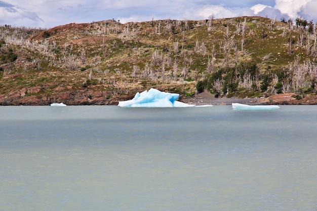 Góra lodowa na lago grey, park narodowy torres del paine, patagonia, chile