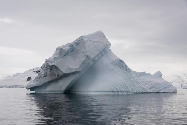 Góra lodowa na morzu antarktycznym