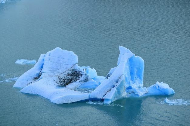 Góra lodowa unosząca się nad jeziorem argentino