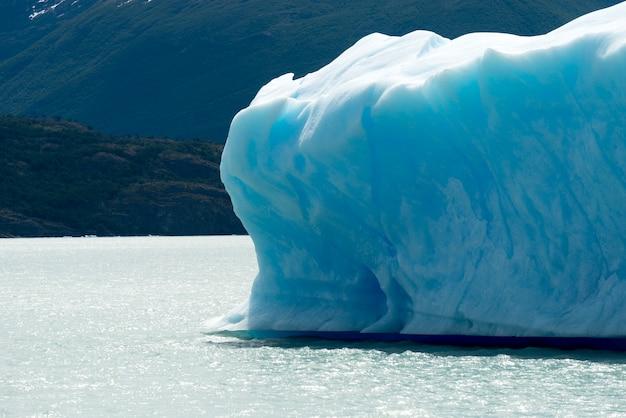 Góra lodowa w jeziorze, jezioro argentino, park narodowy los glaciares, prowincja santa cruz, patagonia, argent