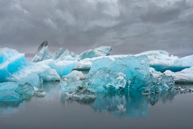 Góra lodowa z lodowców południowej islandii