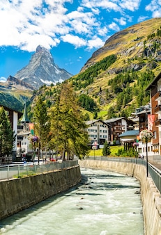 Góra matterhorn i rzeka gornera w zermatt w szwajcarii