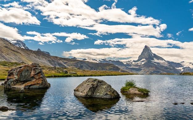 Góra matterhorn z odbiciem w stellisee lake, w alpach szwajcarskich