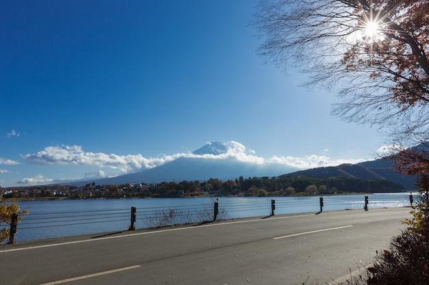 Góra mt. fuji i jezioro w japonii z czerwonym klonem i drogą na pierwszym planie
