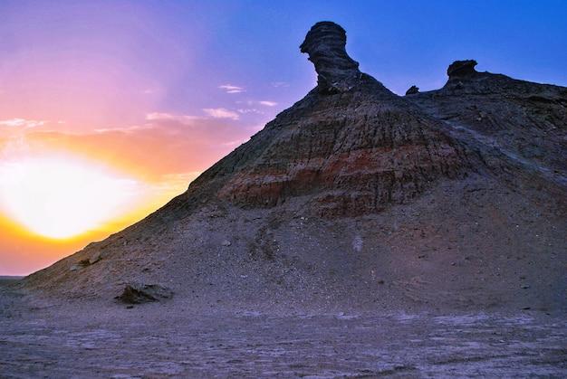 Góra na pustyni w tunezji w kształcie głowy wielbłąda.