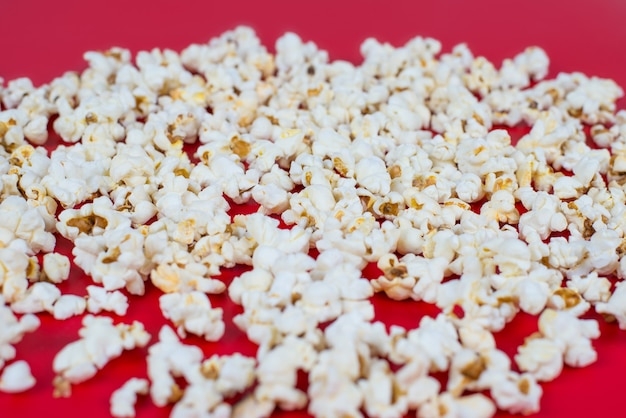 Góra nad wysokim kątem nad głową z bliska widok zdjęcia smacznego pysznego, pysznego, żółtego pikantnego świeżego popcornu na białym tle nad jasnym kolorem tła