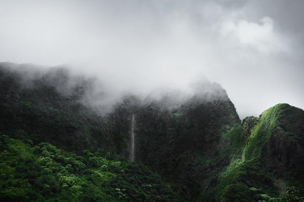 Góra pokryta mgłami
