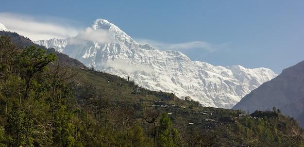 Góra pokryta śniegiem i błękitne niebo