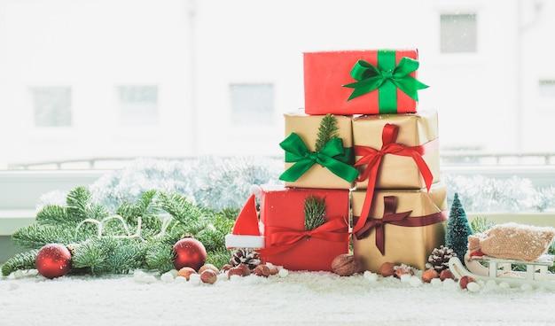 Góra prezent z drzewa dekoracji i czerwony kulki