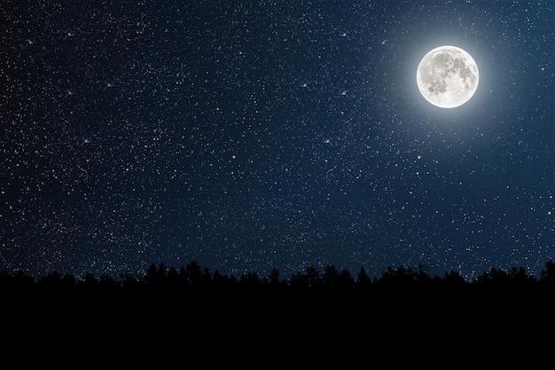 Góra. ściany nocne niebo z gwiazdami, księżycem i chmurami.