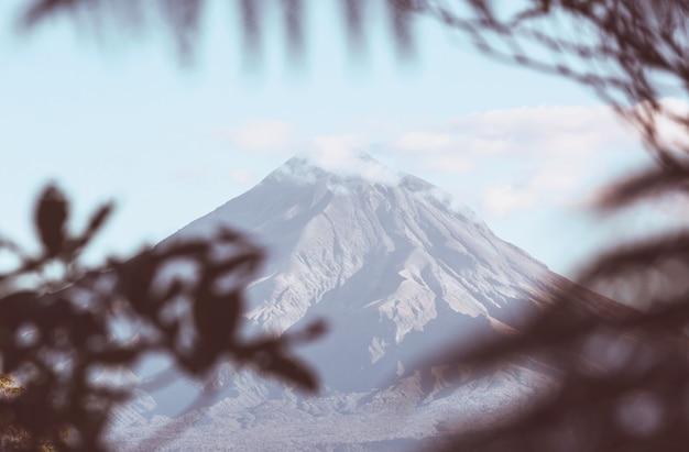 Góra taranaki / góra egmont w parku narodowym egmont, wyspa północna, nowa zelandia. piękne naturalne krajobrazy