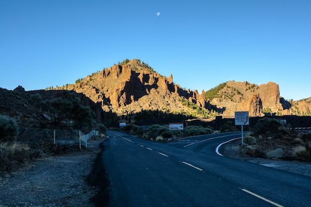 Góra teide na teneryfie. niesamowita góra na środku wyspy. najlepsza atrakcja turystyczna wysp kanaryjskich.