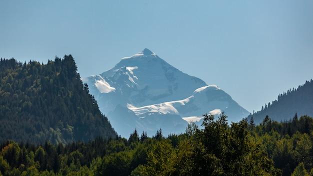 Góra tetnuldi wznosi się nad wielkim pasmem kaukaskim w górnej swanetii w gruzji, w górskim krajobrazie. podróżować.
