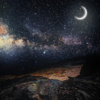 Góra. tła nocne niebo z gwiazdami i księżycem. elementy tego obrazu dostarczone przez nasa