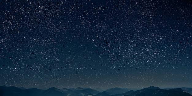Góra. tła nocne niebo z gwiazdami i księżycem i chmurami.
