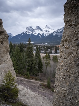 Góra trzech sióstr nad canmore otoczona kapturami, w canmore, alberta, kanada