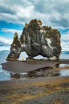 Góra w kształcie nosorożca z turystką z islandii