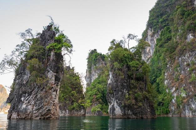 Góra w wodzie przy ratchaprapha tamą, guilin, tajlandia