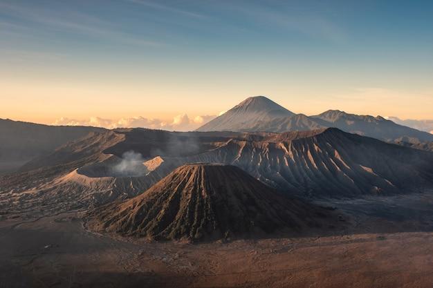 Góra wulkan aktywny, kawah bromo, gunung batok o wschodzie słońca