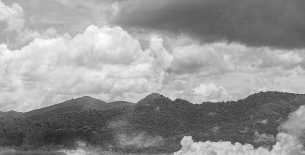 Góra z chmurą w porze deszczowej. krajobraz górski.