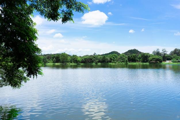 Góra z niebieskim niebem i jeziorem.