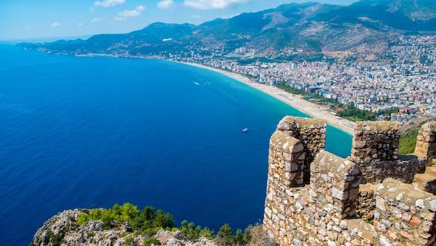Góra z wybrzeża promem na błękitne morze i port