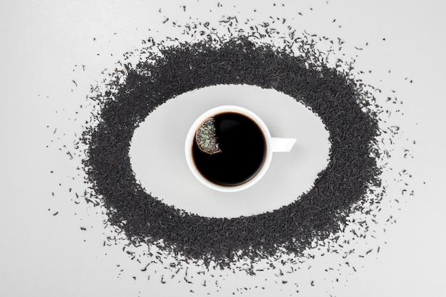 Gorąca, aromatyczna herbata na kole z parzenia herbaty na białym tle