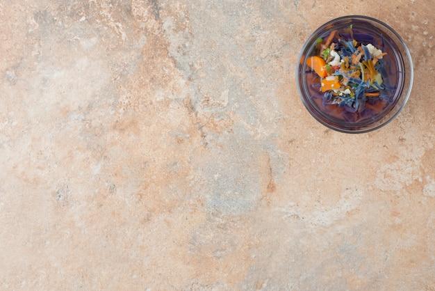 Gorąca, aromatyczna herbata ziołowa na marmurze.