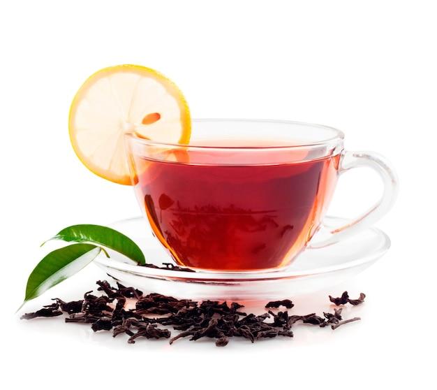 Gorąca czarna herbata z cytryną