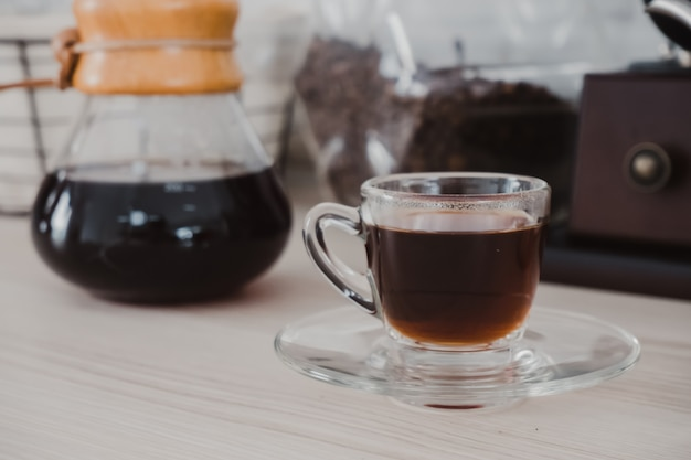 Gorąca czarna kawa jest gotowa do picia.