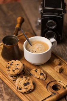 Gorąca czarna kawa z ciasteczkami i fasolą w kawiarni