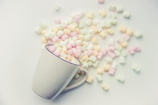 Gorąca czekolada i marshmallow na bożego narodzenia tle. selektywna ostrość.