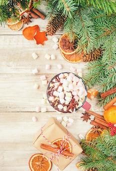 Gorąca czekolada i marshmallow na bożego narodzenia tle