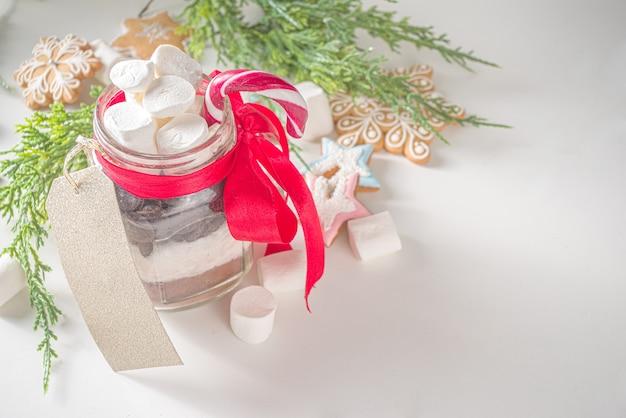 Gorąca czekolada na sucho w słoiku. pomysł na ręcznie robione prezenty świąteczne i zimowe.