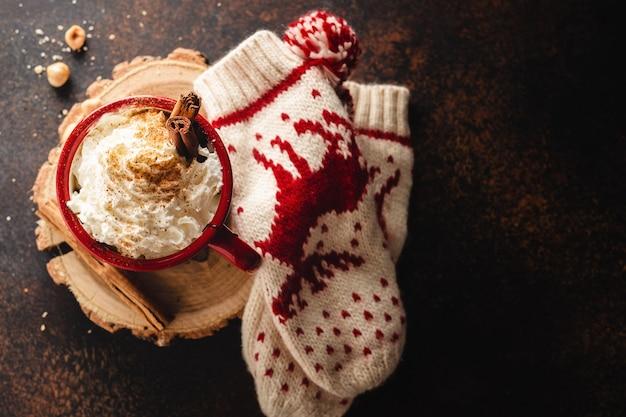 Gorąca czekolada w filiżance z bitą śmietaną