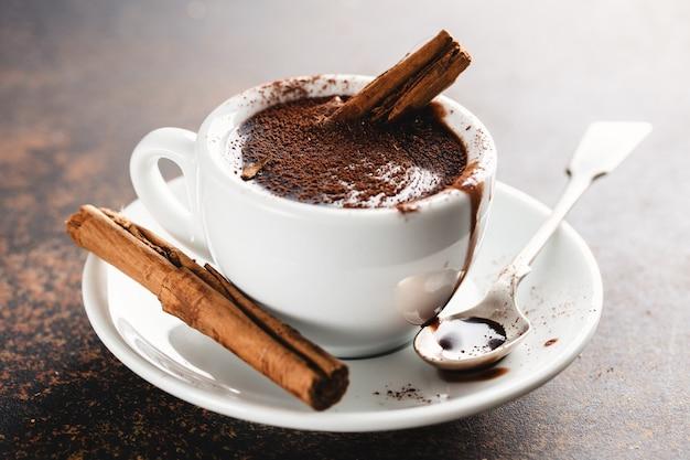 Gorąca czekolada w filiżance z cynamonem