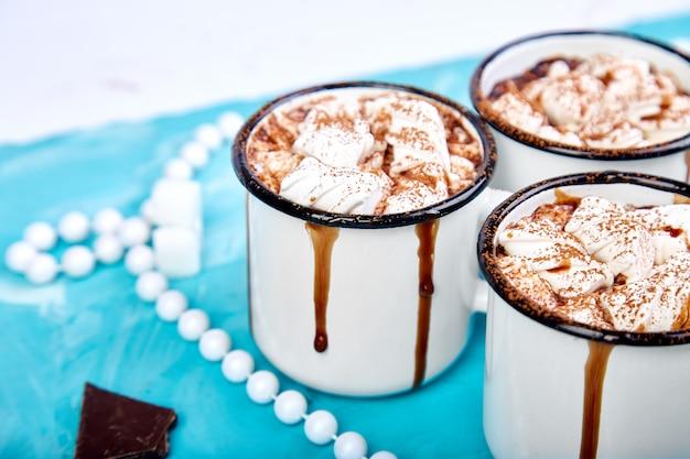 Gorąca czekolada z cukierkami zefir