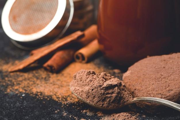 Gorąca czekolada z cynamonem w kubku