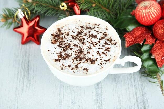 Gorąca czekolada z kremowym kubkiem, na stole, na świątecznych dekoracjach