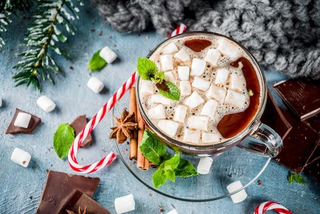 Gorąca czekolada z miętą i pianką