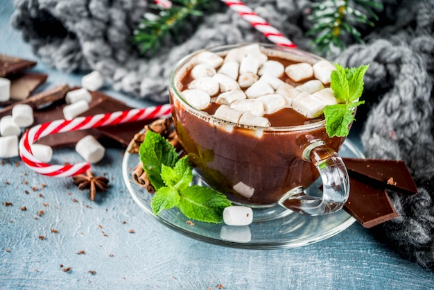 Gorąca czekolada z miętą i piankami