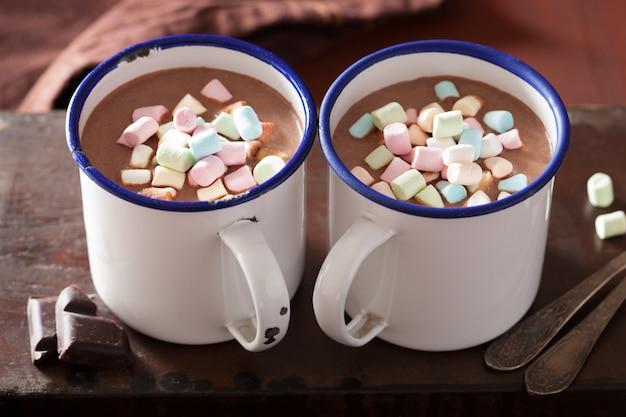 Gorąca czekolada z mini cynamonowym zimowym napojem marshmallows