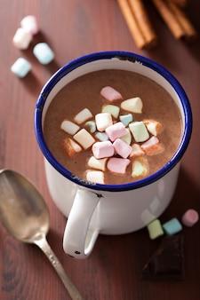 Gorąca czekolada z mini piankami i cynamonem