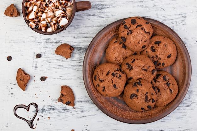 Gorąca czekolada z pianką i ciastkami czekoladowymi. miłość. serce. walentynki.